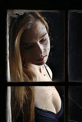 Traurige Frau am Fenster - p1019m1553076 von Stephen Carroll