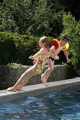 Ins Becken springen - p2430400 von Claudia Anys