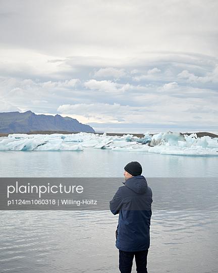 Mann an Gletschersee - p1124m1060318 von Willing-Holtz