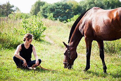Frau mit Pferd - p1008m1169081 von Valerie Schmidt