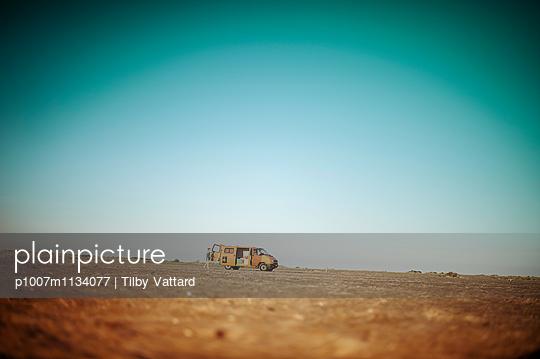 Orange van on a wild beach - p1007m1134077 by Tilby Vattard