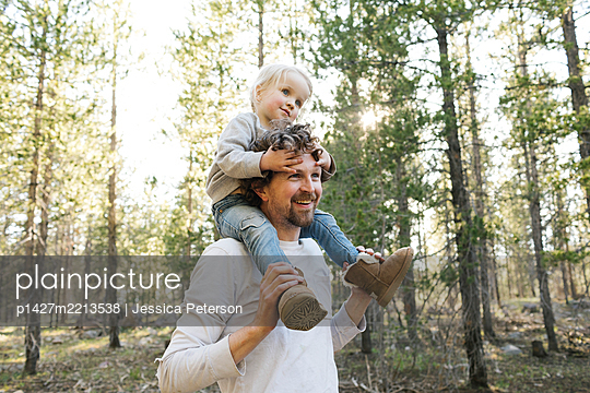 Father carrying little daughter (2-3) on shoulders in Uinta-Wasatch-Cache National Forest - p1427m2213538 by Jessica Peterson