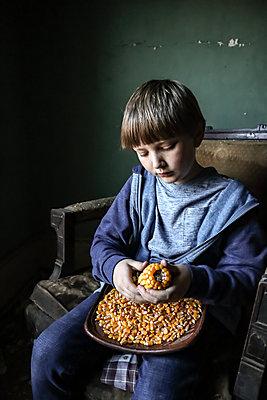 Junge mit Maiskolben - p1019m2142923 von Stephen Carroll