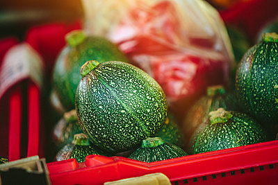 Organic acorn squash at Farmers' market - p1166m2194041 by Cavan Images