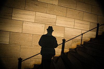 Schatten eines Mann mit Hut - p627m1035432 von Christian Reister
