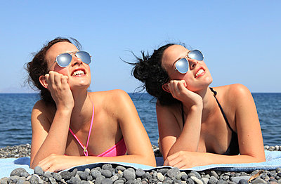 Twins on the beach - p0452356 by Jasmin Sander