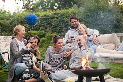 Friends having a garden party - p788m1165420 by Lisa Krechting