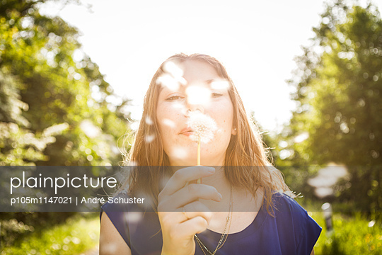 Pusteblume pusten - p105m1147021 von André Schuster