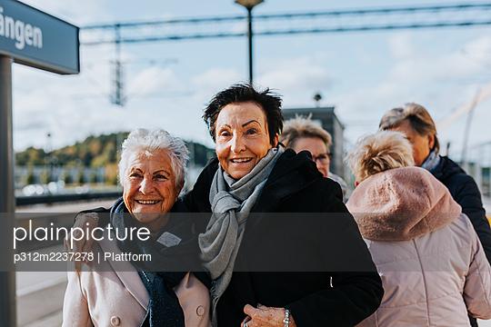 Women on train station platform - p312m2237278 by Plattform