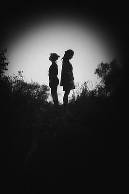 Two women, silhouette image - p1616m2187722 by Just - Schmidt