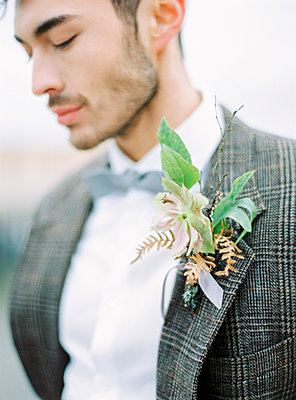 Sweden, Halland, Varberg, Portrait of groom wearing tuxedo - p352m1141873 by Isabelle Hesselberg