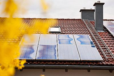 Solar panel on the roof - p533m1152695 by Böhm Monika