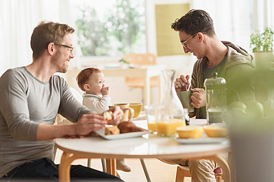 Caucasian gay fathers and baby eating breakfast - p555m1412808 by JGI/Tom Grill