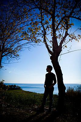 Mann im Gegenlicht - p680m1201155 von Stella Mai