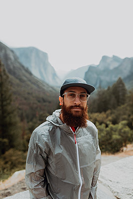 Portrait of hiker in nature reserve, Yosemite National Park, California, United States - p924m2127223 by Peter Amend