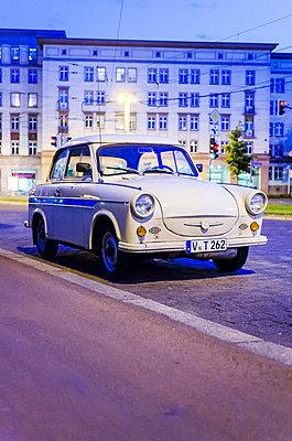 Beiger Trabant parkend in Leipzig - p177m1503698 von Kirsten Nijhof