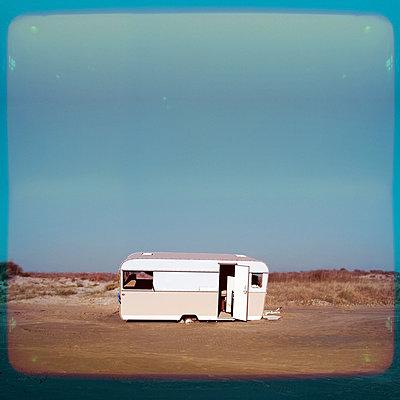 Wohnwagen am Strand - p230m889825 von Peter Franck