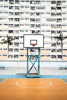 Hong Kong, Choi Hung, basketball ground in front of an apartment block - p300m2069660 by Daniel Waschnig Photography