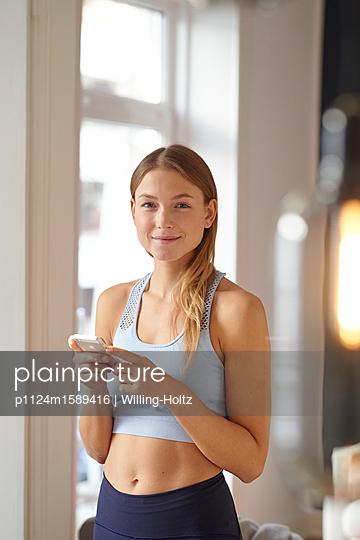 Junge Frau mit Smartphone - p1124m1589416 von Willing-Holtz