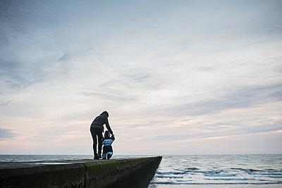 Mutter und Kind am Meer - p1046m1138202 von Moritz Küstner