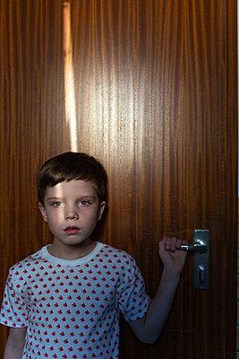 Junge steht an Tür - p1308m2297886 von felice douglas