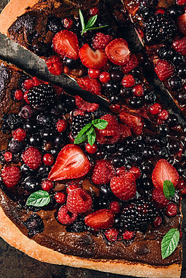 Pizza with berries with nutella and minz - p300m873898f by Elisabeth Cölfen