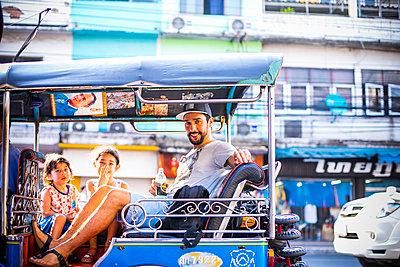 Taxifahrt durch Bangkok - p680m1515292 von Stella Mai