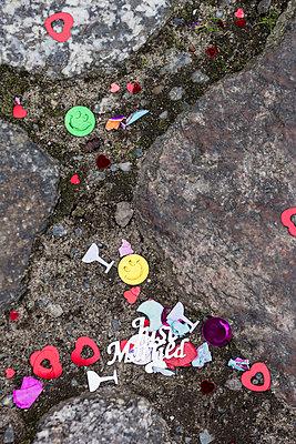Hochzeitsflitter auf Pflastersteinen - p739m900751 von Baertels