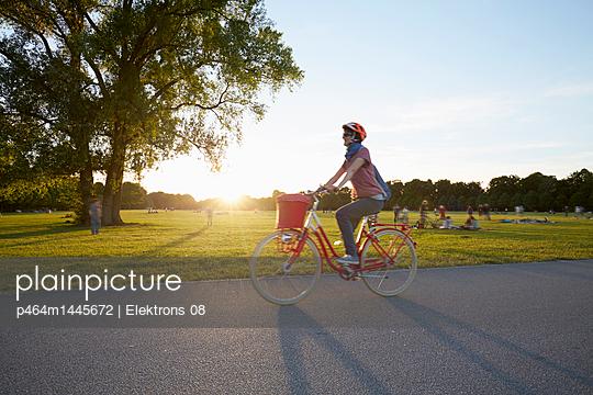 Sonnenuntergang im Park - p464m1445672 von Elektrons 08