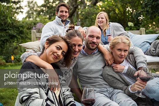 Freunde im Garten - p788m1165279 von Lisa Krechting