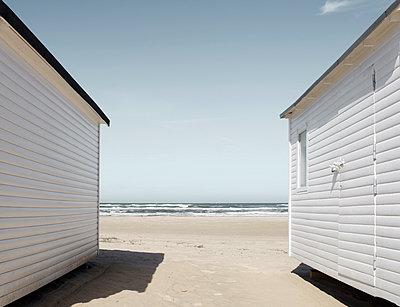 Blick zwischen zwei Strandhütten hindurch - p1162m1486633 von Ralf Wilken