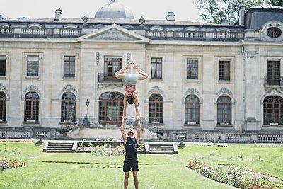 Partner acrobatics - p1295m2133591 by Katharina Bauer