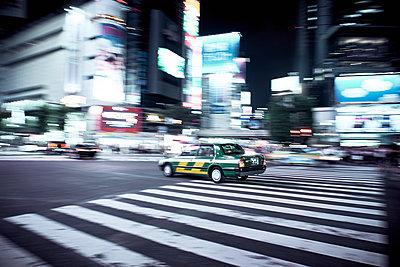City traffic in Tokyo - p851m2077328 by Lohfink
