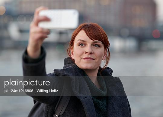 Frau macht Selfie - p1124m1216806 von Willing-Holtz