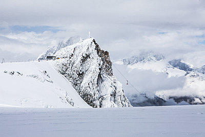 Snowcapped mountain range with cable car - p327m1216698 by René Reichelt