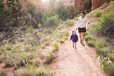 Mother and daughter, hiking in Kodachrome Basin State Park, Utah, USA - p429m1175165 by Mike Tittel