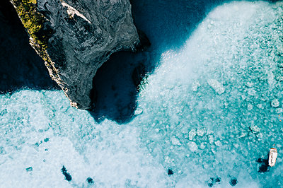Turquoise water on the rocky coast, Zakynthos, aerial view - p713m2289185 by Florian Kresse