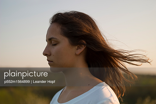 Young woman with flowing mane - p552m1564899 by Leander Hopf