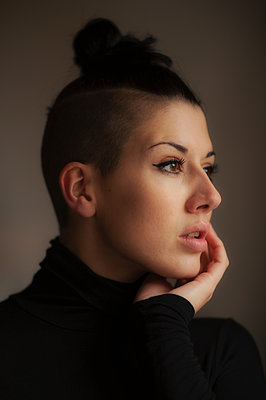 Beautiful woman looking into the distance - p1047m1502846 by Sally Mundy