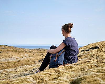 Frau sitzt in Mooslandschaft - p1124m1060202 von Willing-Holtz