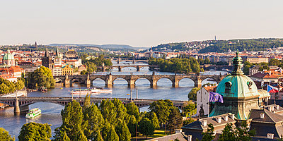 Czech Republic, Prague, cityscape with Charles Bridge and boats on Vltava - p300m1499356 by Werner Dieterich