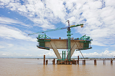Bridge construction project in the Pacific Ocean - p390m1477115 by Frank Herfort