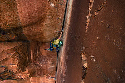 Man trad climbing, Indian Creek, Moab, Utah, USA - p924m2022762 by Alex Eggermont