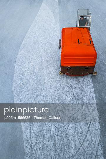 Eisbearbeitungsmaschine Zamboni im Einsatz. - p223m1586635 von Thomas Callsen