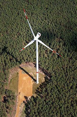 Windkraftanlage im Wald - p1079m2152587 von Ulrich Mertens