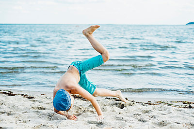 Playful boy having fun on the beach - p300m2005484 von Jana Mänz