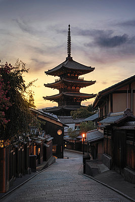 Japan, Kyoto, Gion, Alley and temple at sunset - p300m2041895 by Maria Elena Pueyo Ruiz