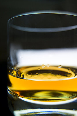 Close-up of a glass of whiskey - p3484790 by Michael Engman