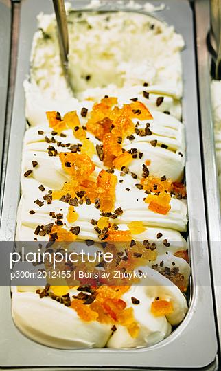 Vanilla icecream with candied orange and chocolate chips - p300m2012455 von Borislav Zhuykov
