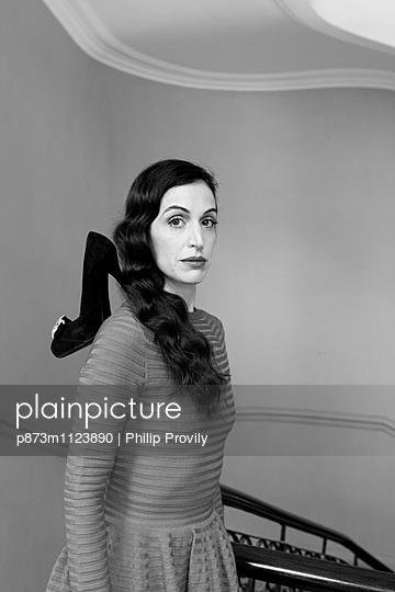 Frau im Treppenhaus - p873m1123890 von Philip Provily